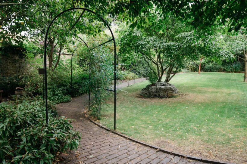 pergola w ogrodzie nowożeńców