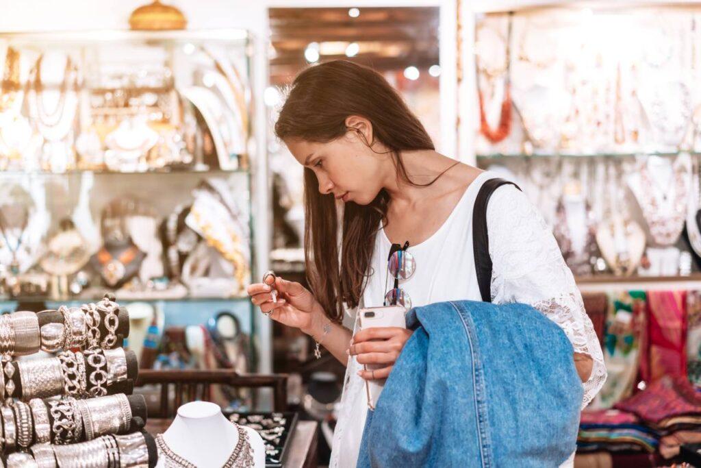 dziewczyna w sklepie kupuje niepotrzebne rzeczy