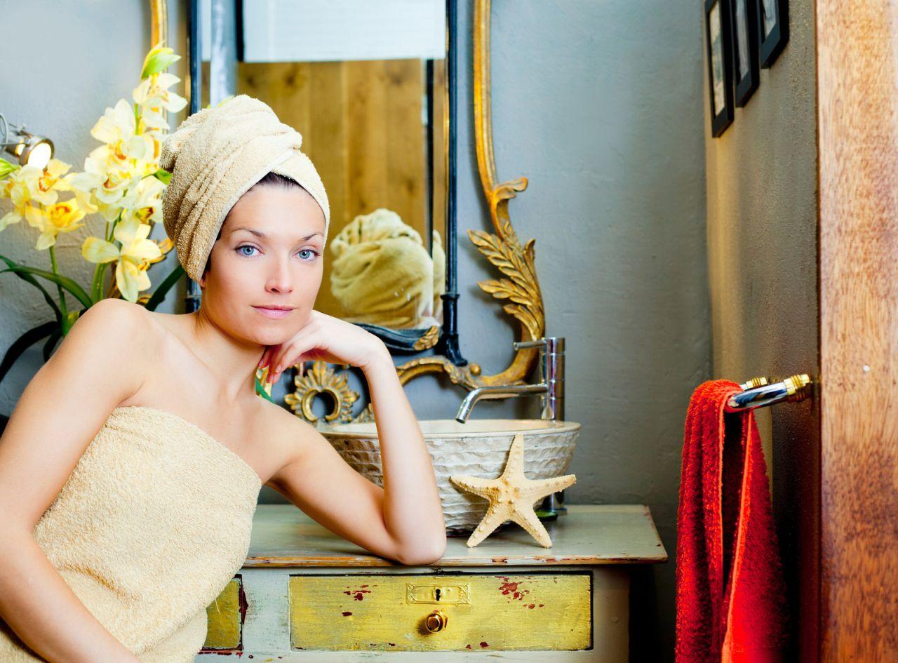 piękna kobieta w łazience w stylu retro